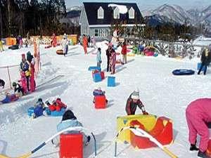 ハンタマでは、まだスキーができないお子様も、キッズパークでソリ乗りやチュービングで遊ぶことができます。