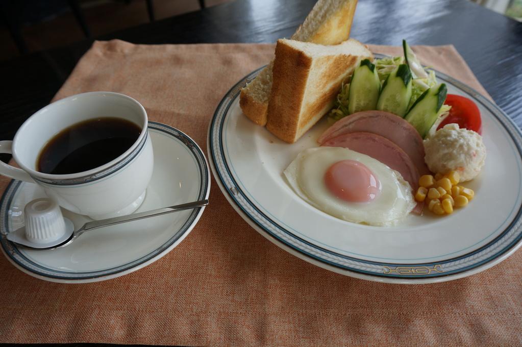 ふんわりトーストとコーヒーがセットになった洋食