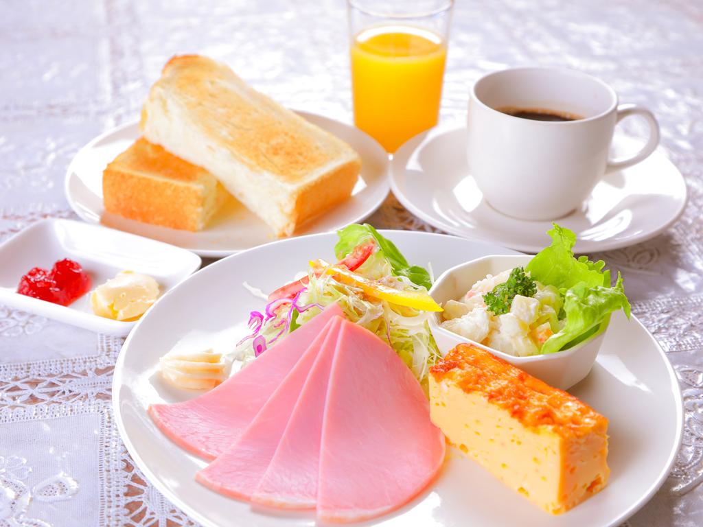 爽やかな朝の光が差し込む明るいレストランで目覚めの朝食を♪