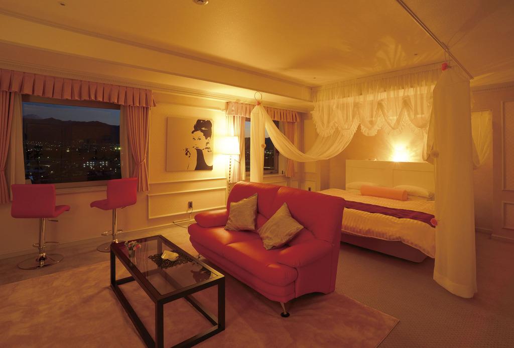 ≪ハリウッドツイン≫<BR>天蓋付きベッドと真っ赤なソファが印象的な空間