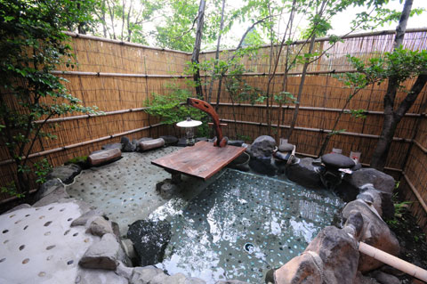 離れ「有為の奥山」の客室露天風呂
