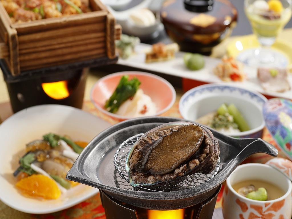 鮑の中でも最高級品と言われる三陸産の鮑をメインとした夕食です。