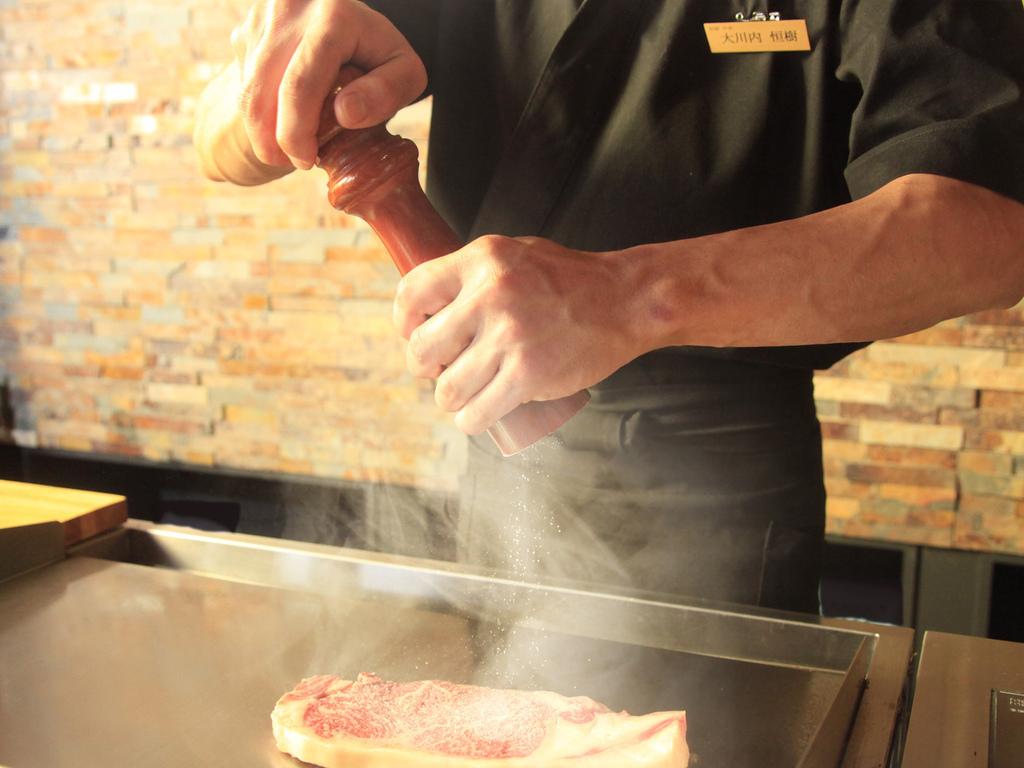 ライブキッチンで焼き上げるステーキ ※イメージ