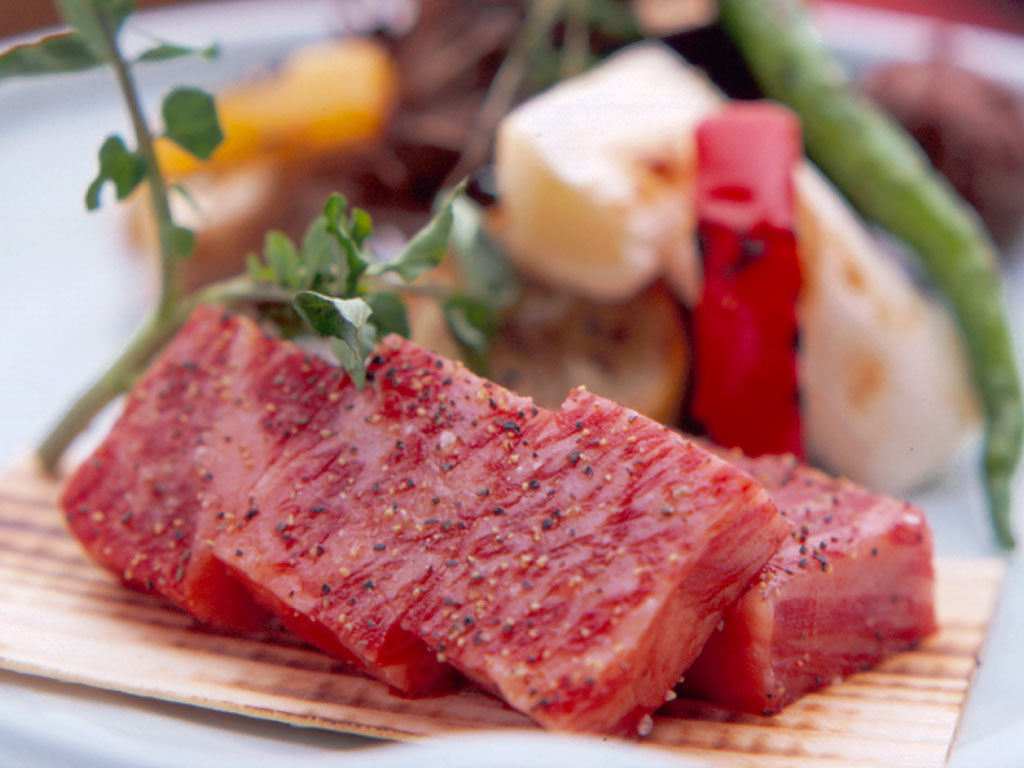 400度の石の上で炙り焼き「霜降り和牛の石焼きステーキ」