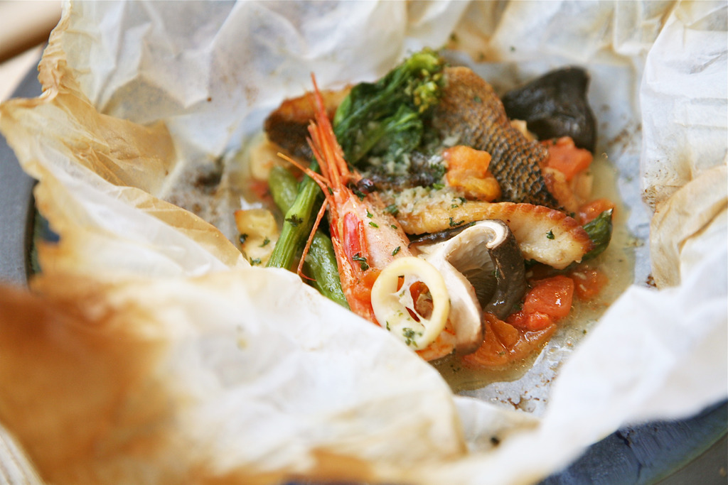 旬の魚介の紙包み焼き