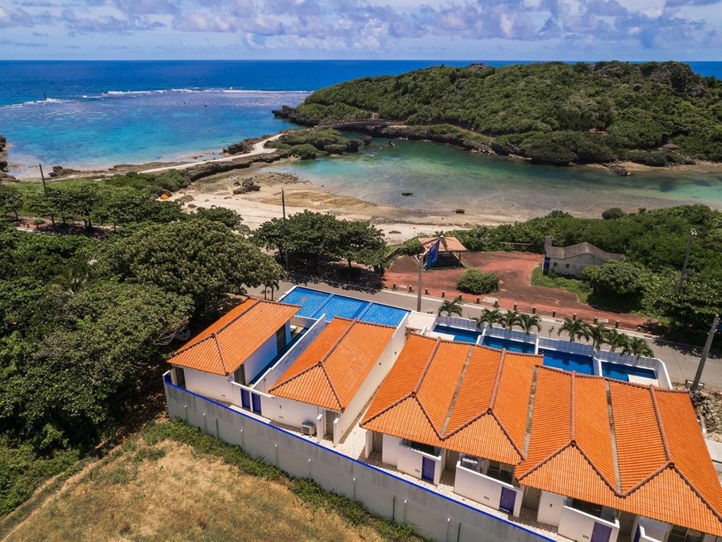 上空から見下ろすホテルと宮古島の海