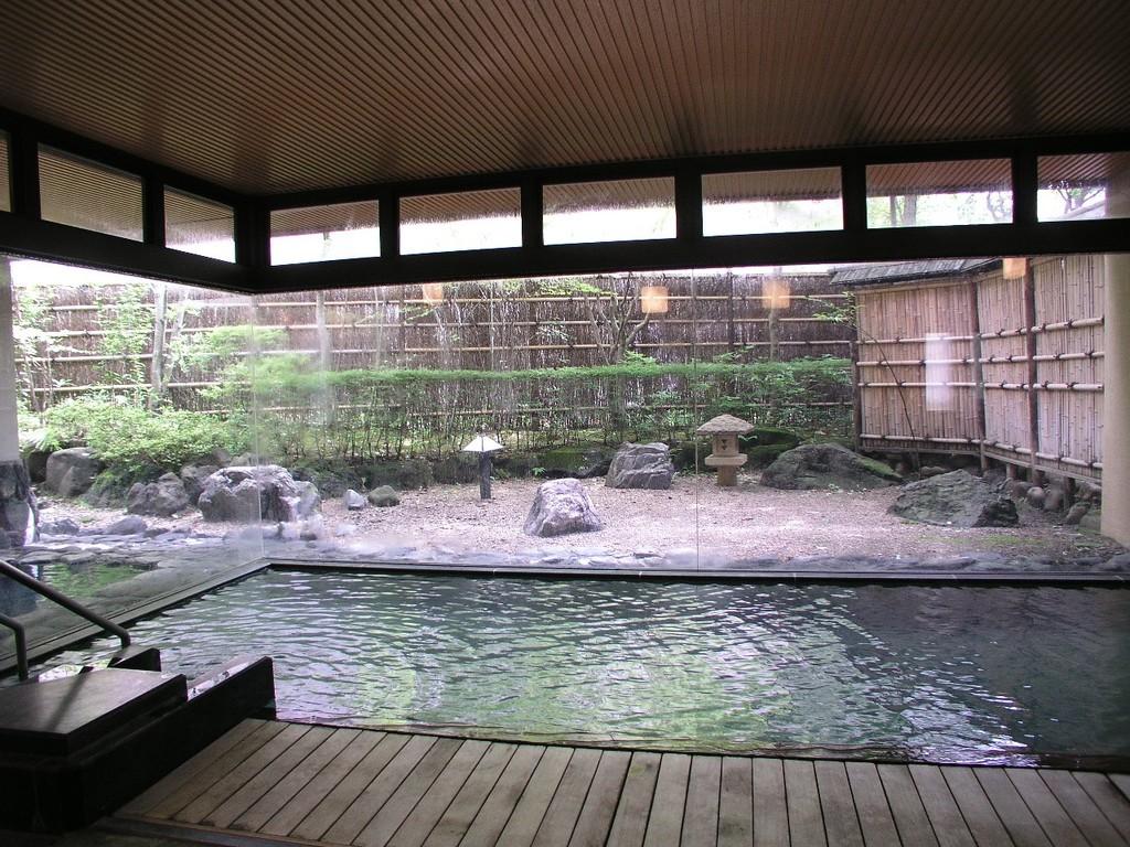 ほっとする中庭を眺めながらのご入浴