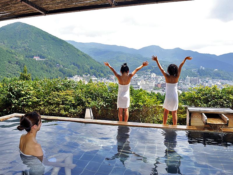温泉街を見渡す絶景!展望露天風呂「花見月の湯」