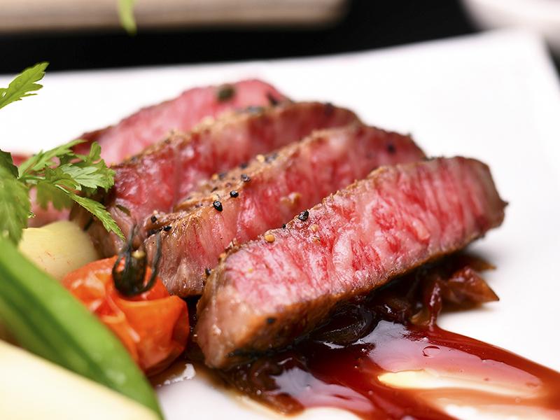 A等級飛騨牛のサーロインステーキ とろけるような食感をお楽しみください