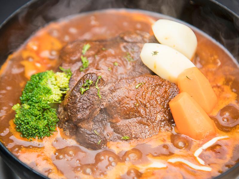 しっかりと煮込んだ牛タンシチューはトロけるような食感!(2名様盛り)