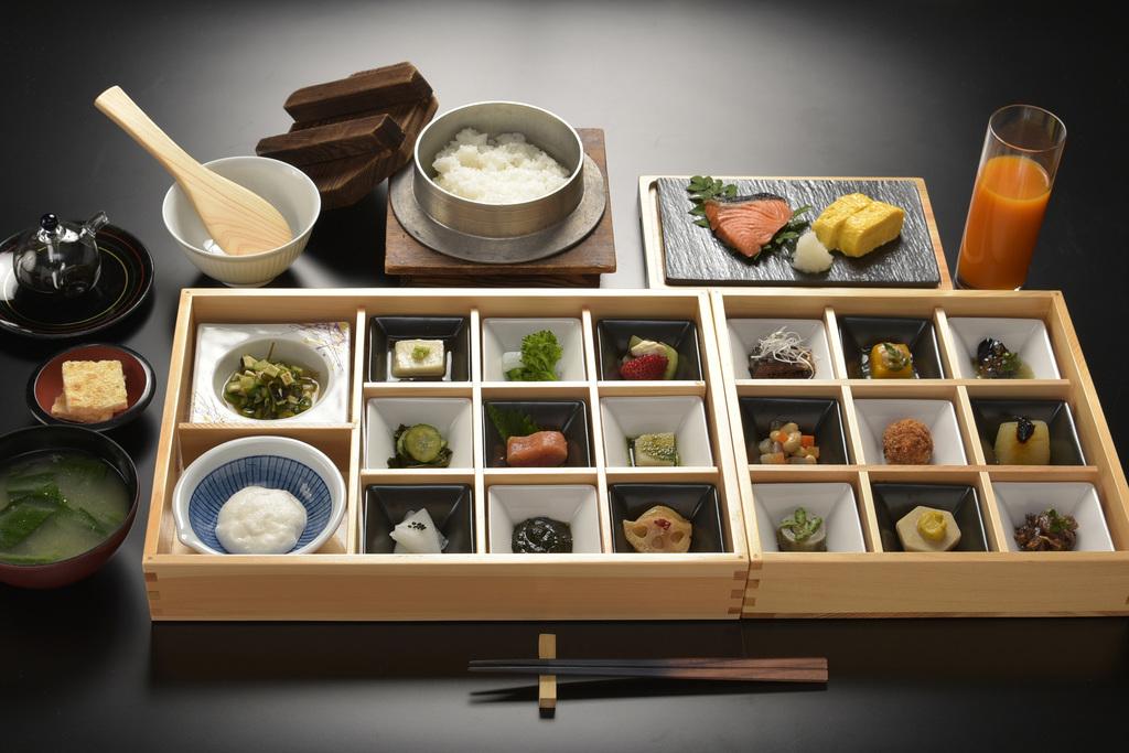 26種類の小鉢からなる人気の朝食です。