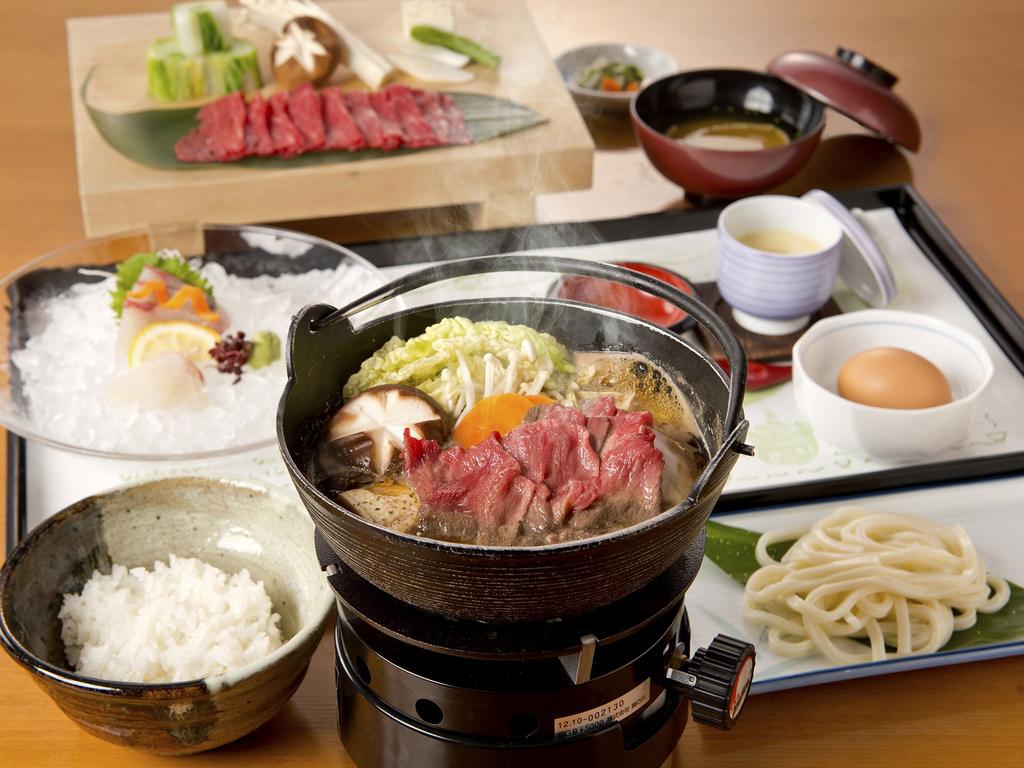 黒毛和牛の最高峰「伊万里牛」で贅沢にすき焼き♪  鮮魚の御造りや茶碗蒸しも付いています☆