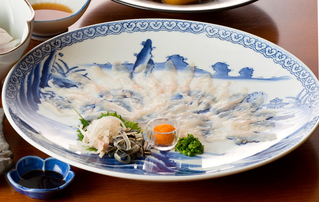 2~3月限定!栄養豊富の冬の高級魚。河豚の薄造り!