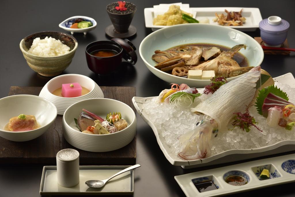 コリコリの食感と味で唐津への旅には欠かせない呼子直送「イカの生き造り」と伊万里牛まで