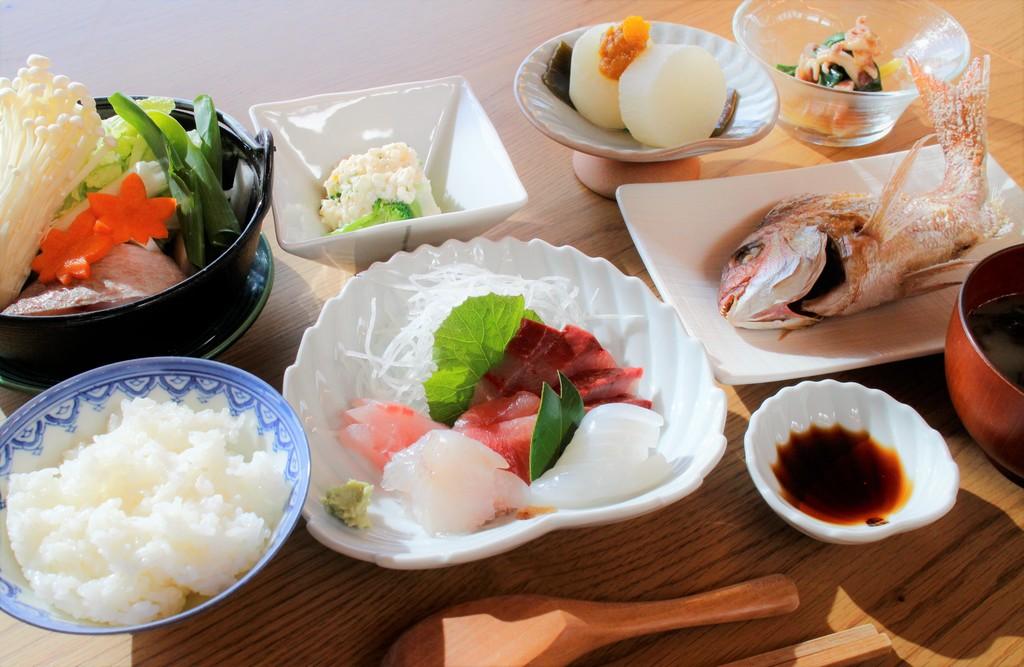 地元の魚と野菜をふんだんに使った夕食です。