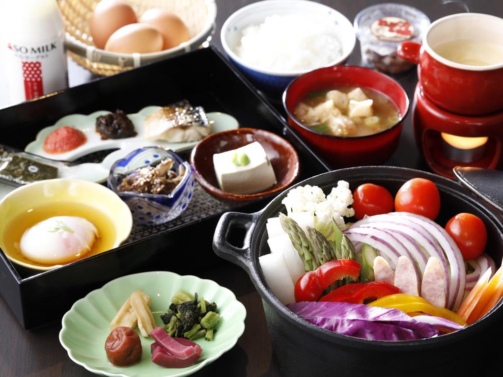 朝食はバーニャカウダと和定食