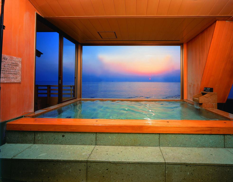 大浴場からは日本海を見渡せます。