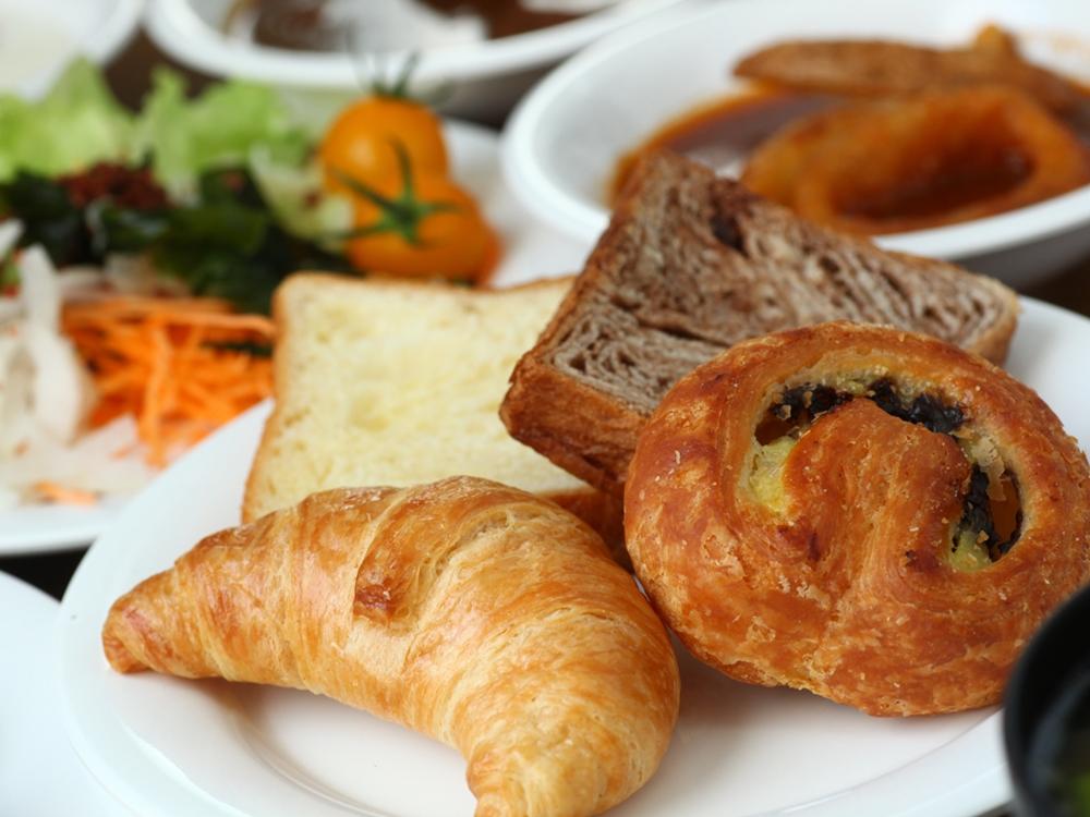 ご朝食には美味しいパンをご用意しています。