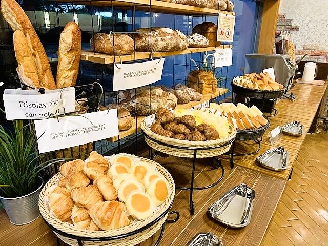【朝食】クロワッサン、チーズ蒸しパン、ビール酵母パンなど焼きたてブーランジェリー