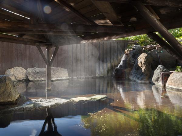 東屋があるので雨の日でも露天風呂を楽しめます。