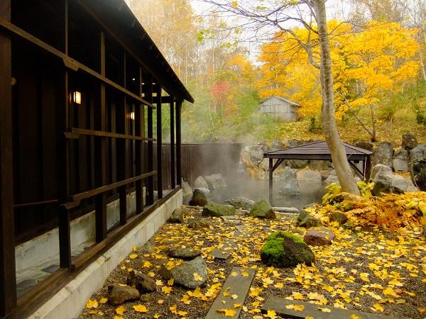 紅葉を楽しめる秋の露天風呂♪