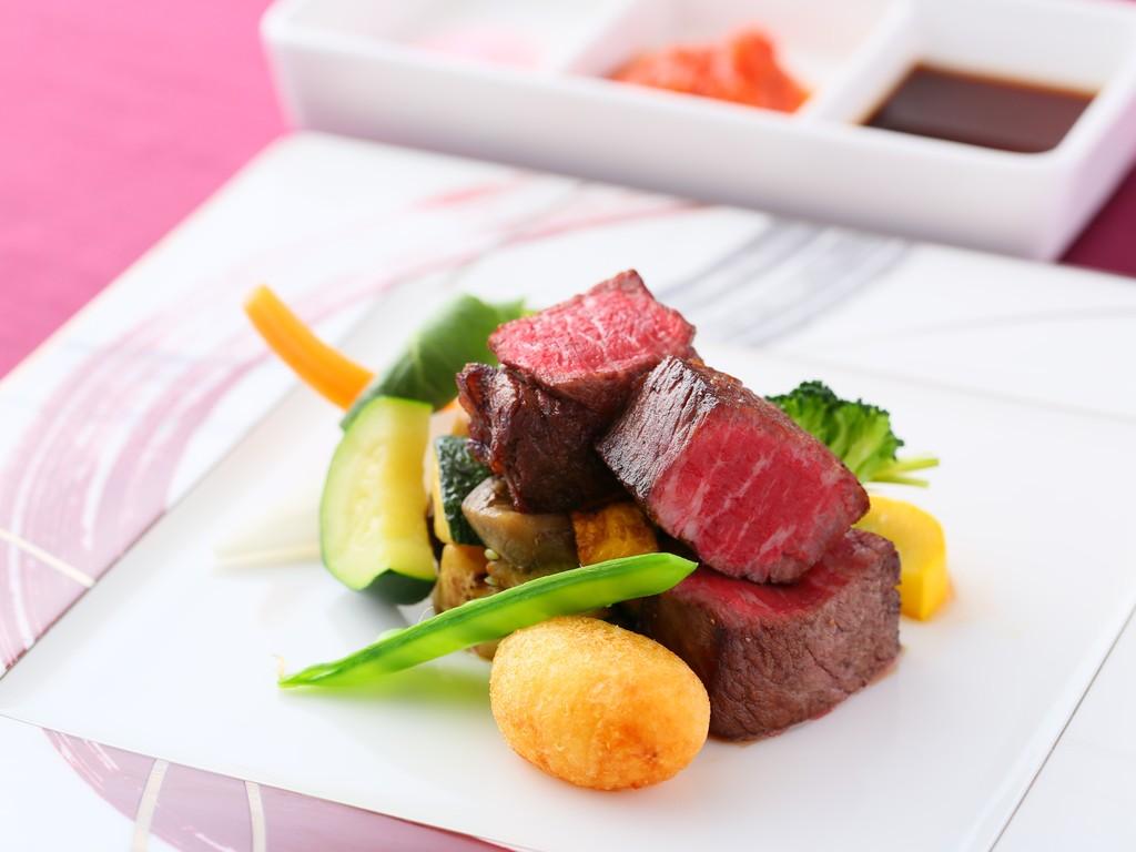 信州プレミアム牛はお好みソースでじっくりと味わってください