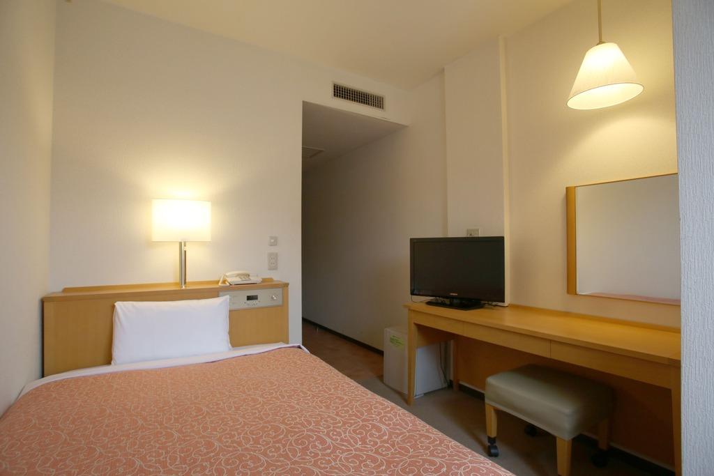 少し狭いお部屋ですが、ベッドはゆったりセミダブル♪