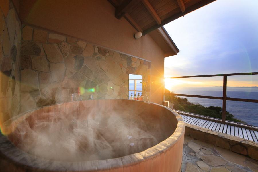 貸切露天風呂からは駿河湾を夕日をご覧いただけます。