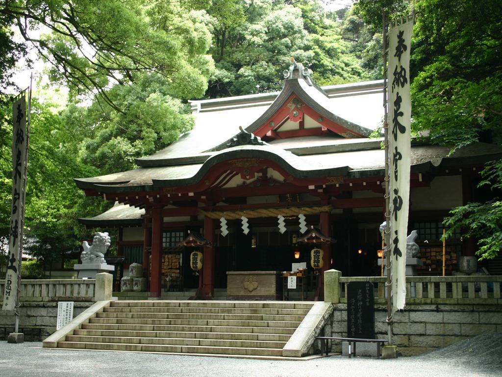 幻想的な木々に囲まれ、荘厳な雰囲気が漂う来宮神社本殿