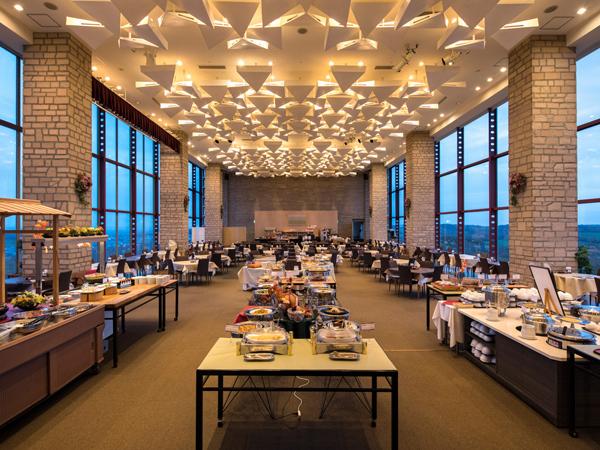 【最上階12F レストラン】四季折々の景色と共に和洋中バイキングを心ゆくまでお楽しみください。
