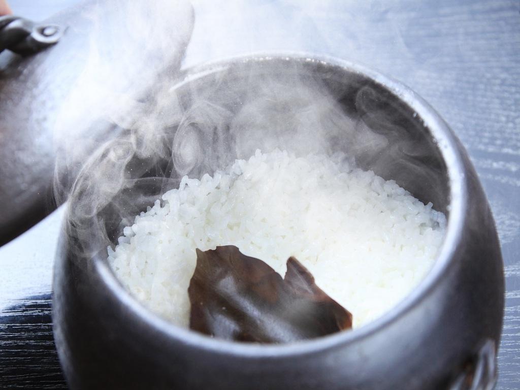 ご朝食の時間に合わせて炊きあげる釜炊き御飯(イメージ)