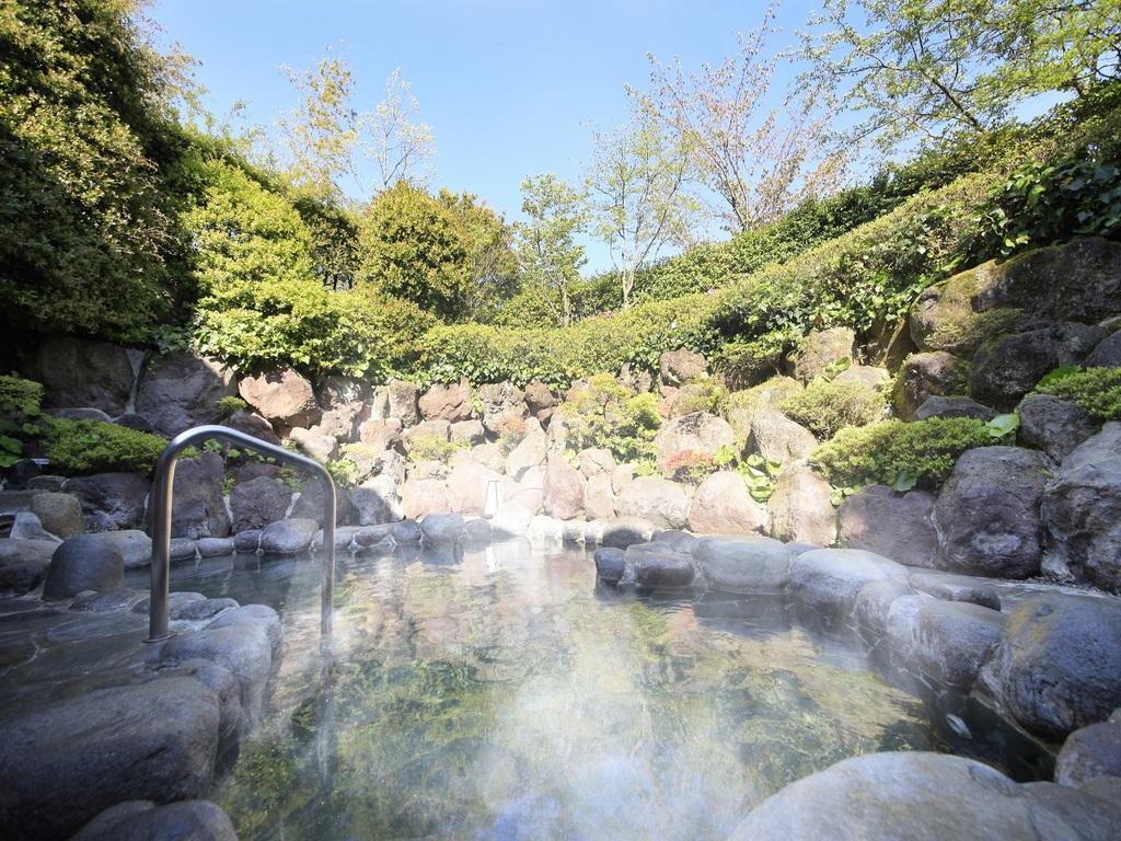 自然に囲まれた硫酸塩泉の露天風呂