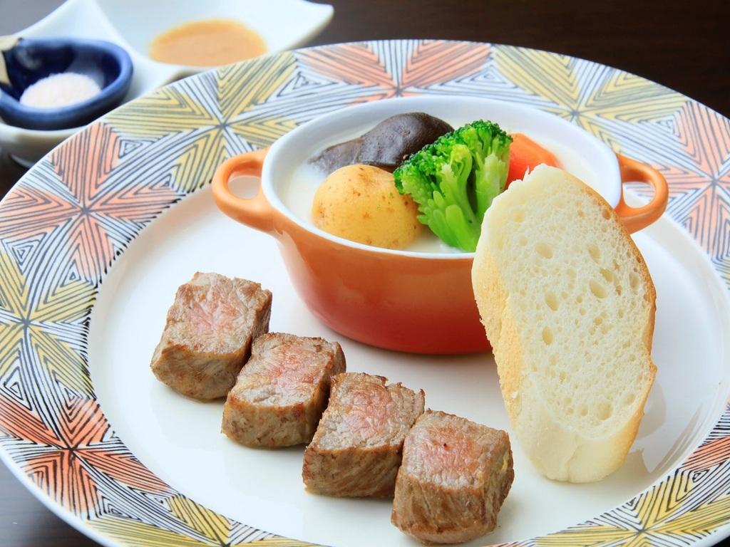 メインは鉄板で焼き上げる牛ステーキ(イメージ)