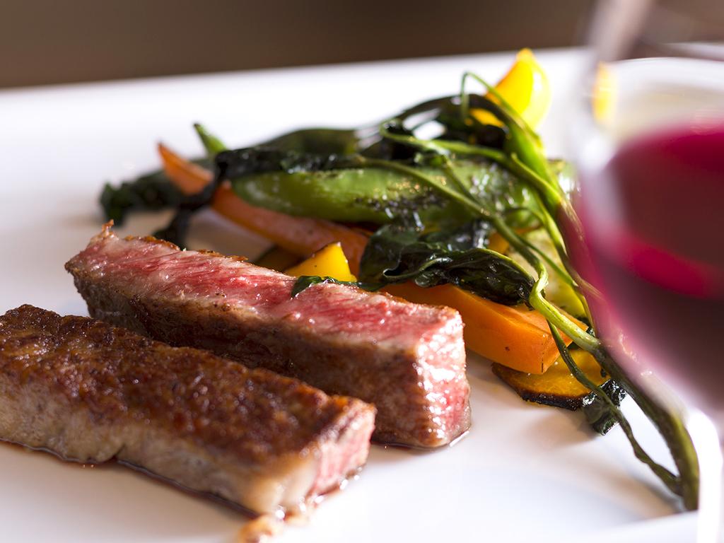 """美食家も唸る""""至高の味""""!旨味をぎゅっと閉じ込めた<広島牛ステーキ>に瑞々しい野菜のグリルを添えて。"""
