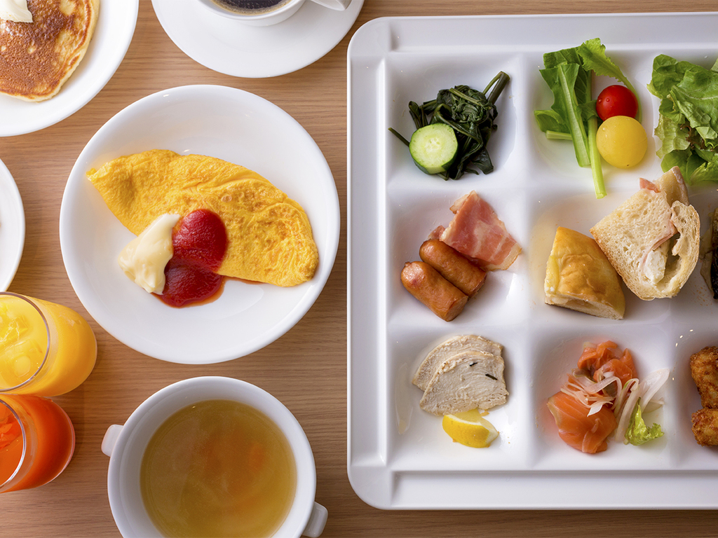 フレッシュな野菜や果物など、1日の始まりを彩る朝食ブッフェをご用意しております。