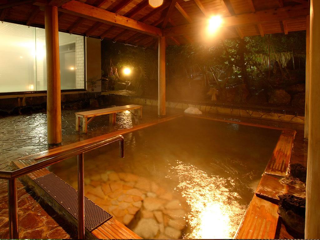 館の湯 露天風呂 ライトアップされ雰囲気抜群です