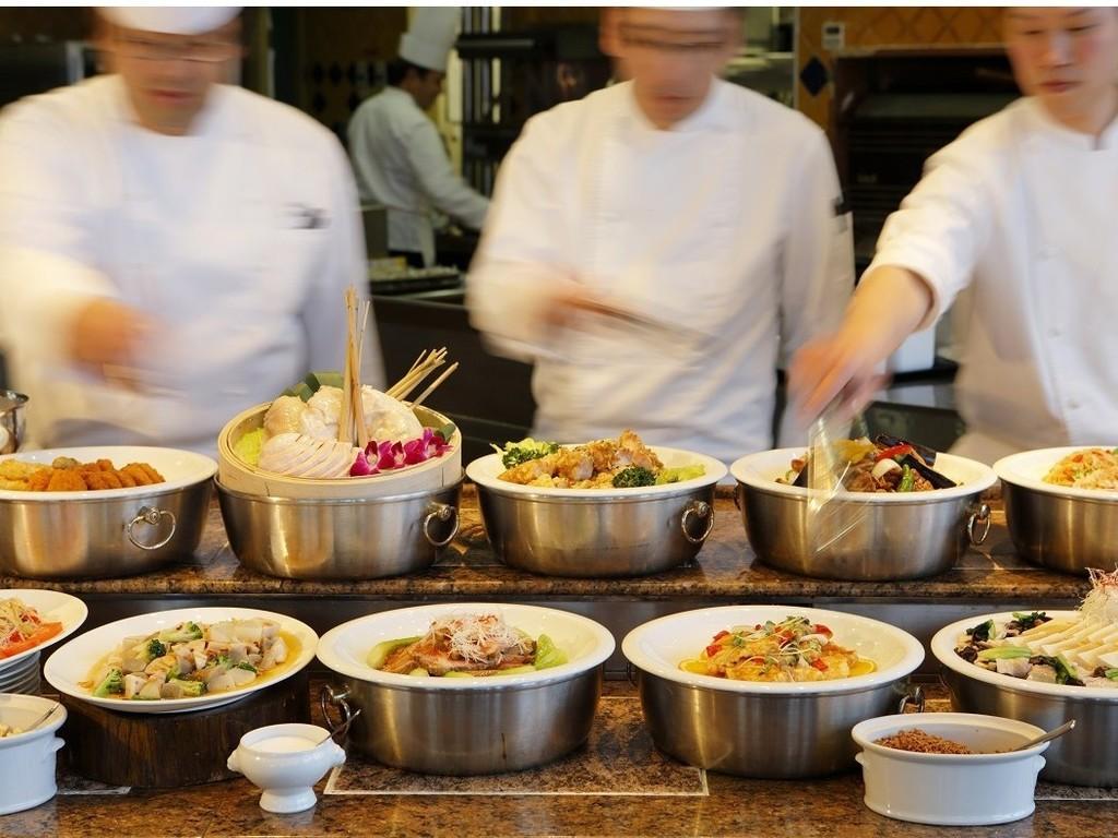 ブッフェボードに並ぶ豊富な種類のお料理