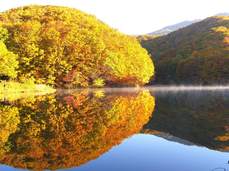曲沢沼の秋景色