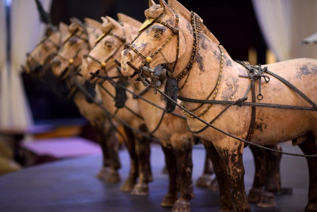 ロビーにて圧倒的存在感を放つ「始皇帝の金銀銅馬車」。日本にただ一点の国宝級展示物です。