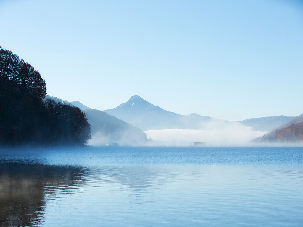 エリア最大の湖「桧原湖」が眼下に広がる
