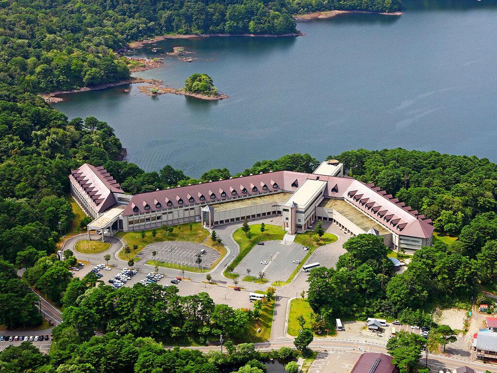 【外観/空撮】磐梯山を望む湖畔の高原リゾート