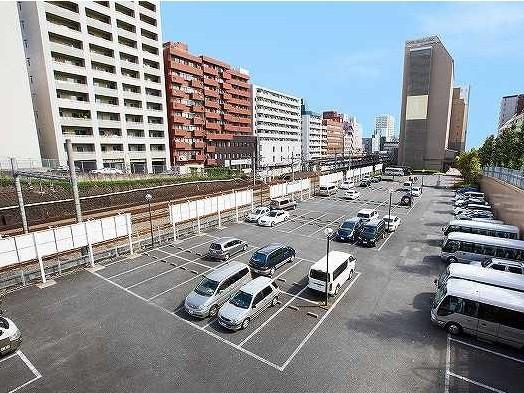 約100台ほどの平面駐車場(〜9月30日まで利用可能)