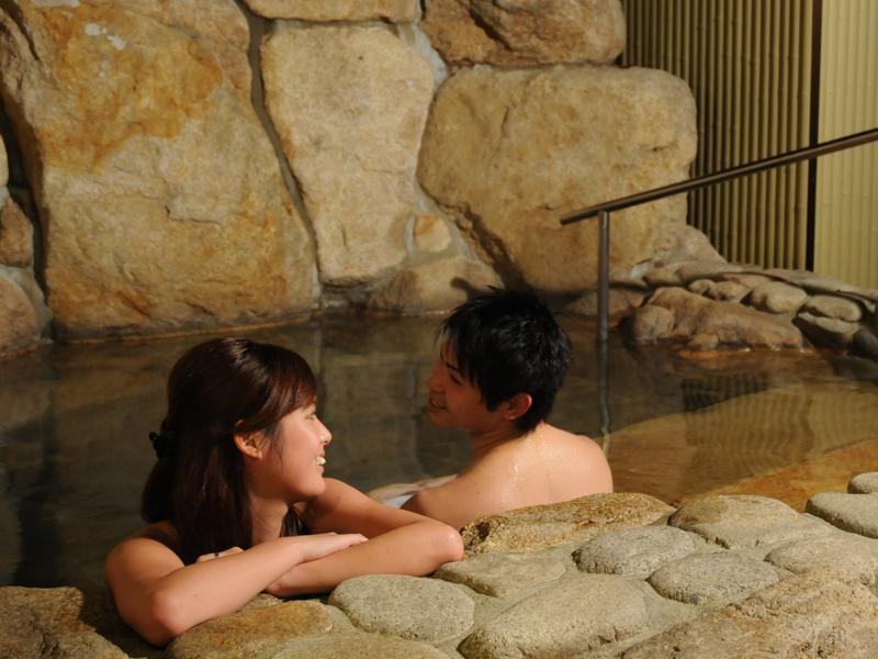 広々露天風呂を2人で貸切♪ のんびり、ゆっくり、癒されます。(※貸切露天風呂は温泉ではございません)
