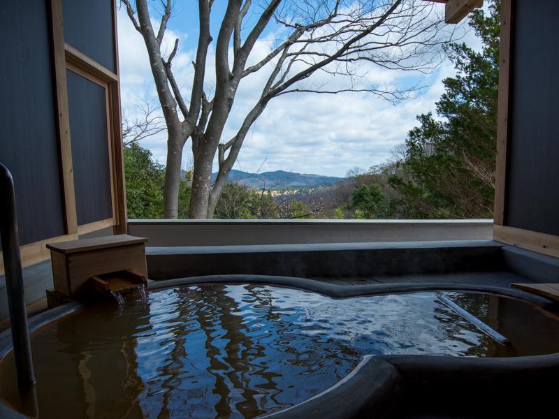 ファミリースイートルームの露天風呂では、自家源泉から注がれる金泉と北摂の眺望をお楽しみいただけます。