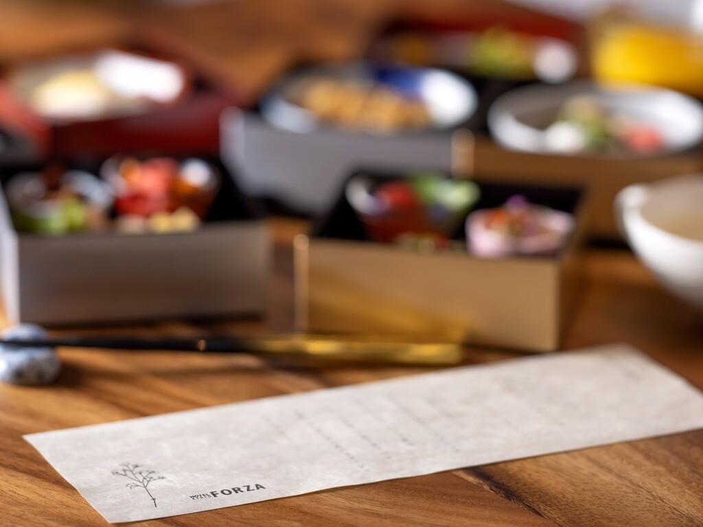 和食・洋食からお選びいただけます。お献立を添えて、お重でご提供いたします。