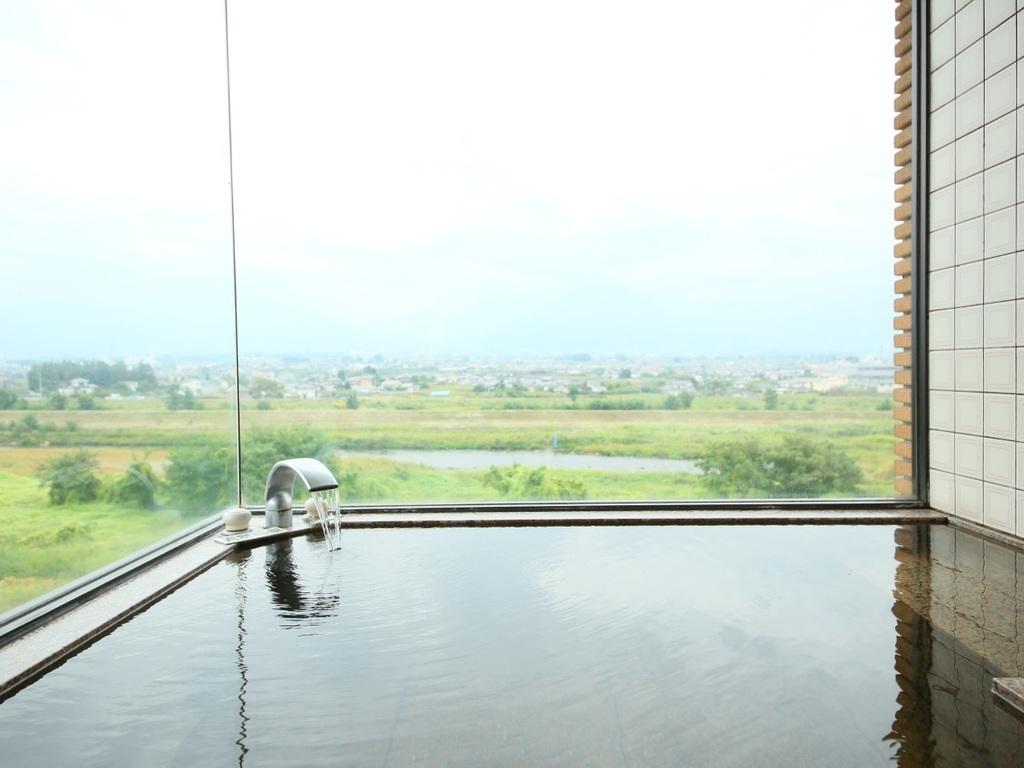 【本館】展望風呂付プレミアム室室窓から南面に臨む笛吹川と富士山頂方面の眺望は絶景です。