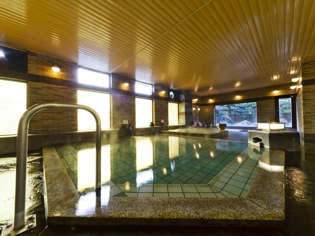 【八峰の湯】柔らかく肌に優しいアルカリ性天然温泉の掛流しです。