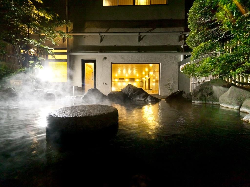 【八峰の湯】大浴場を併設した露天風呂です。柔らかく肌に優しいアルカリ性単純泉の掛流しです。