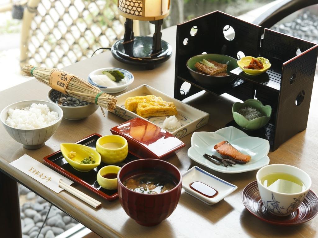 【ご朝食】当館名物の卵焼きや自家製のお豆腐などからだに優しいこぴっと朝ごはん