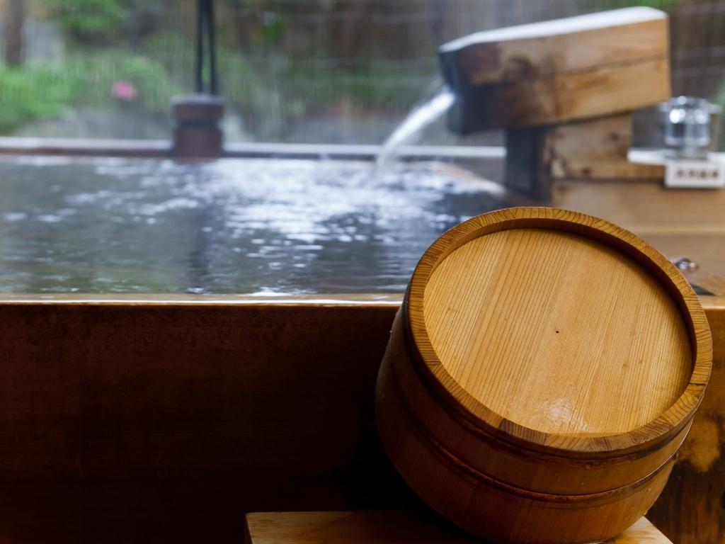 【本館 露天風呂付和室】で天然温泉を引込んだ露天風呂でゆっくりとお寛ぎください。